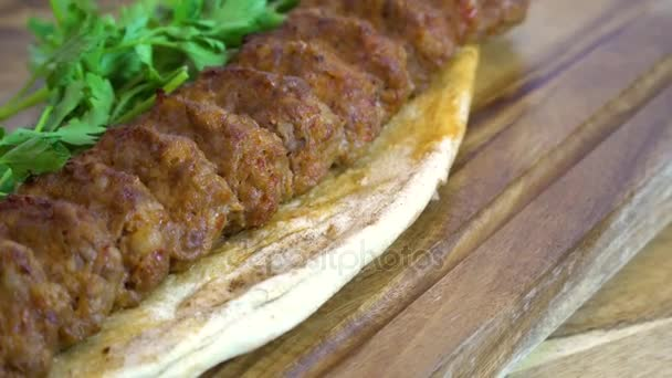 Vynikající tradiční turecké a arabské ramadánu Kofta horké maso. Adana kebab je dlouhé, plné ruce mleté maso kebab namontované na široké železné špíz a grilované na otevřený mangal hořící uhlí. Rotační záběr.