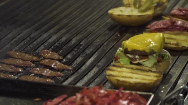Šéfkuchař připravuje hamburger nebo sendvič v fast food restaurace