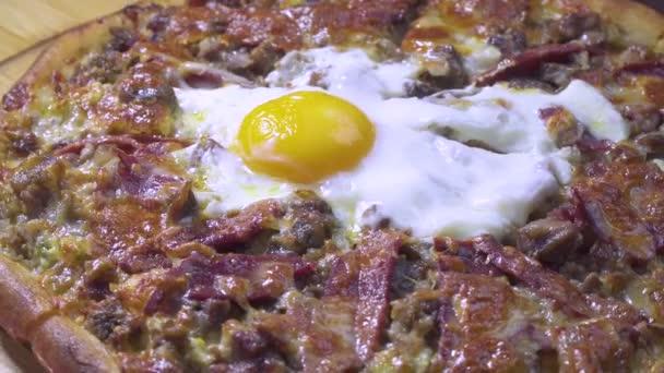 Lahodné turecké a arabské tradiční ramadánu potravin Pide, Lahmacun a Turecká Pizza s vejce na Otočná destička. Kulatý, tenký kousek těsta sypané mletým masem, zeleninou a bylinkami