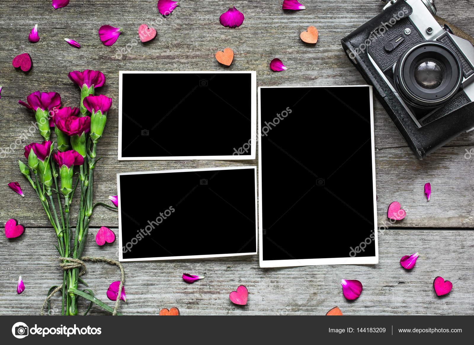 Marcos en blanco con cámara retro vintage y flores de color púrpura ...