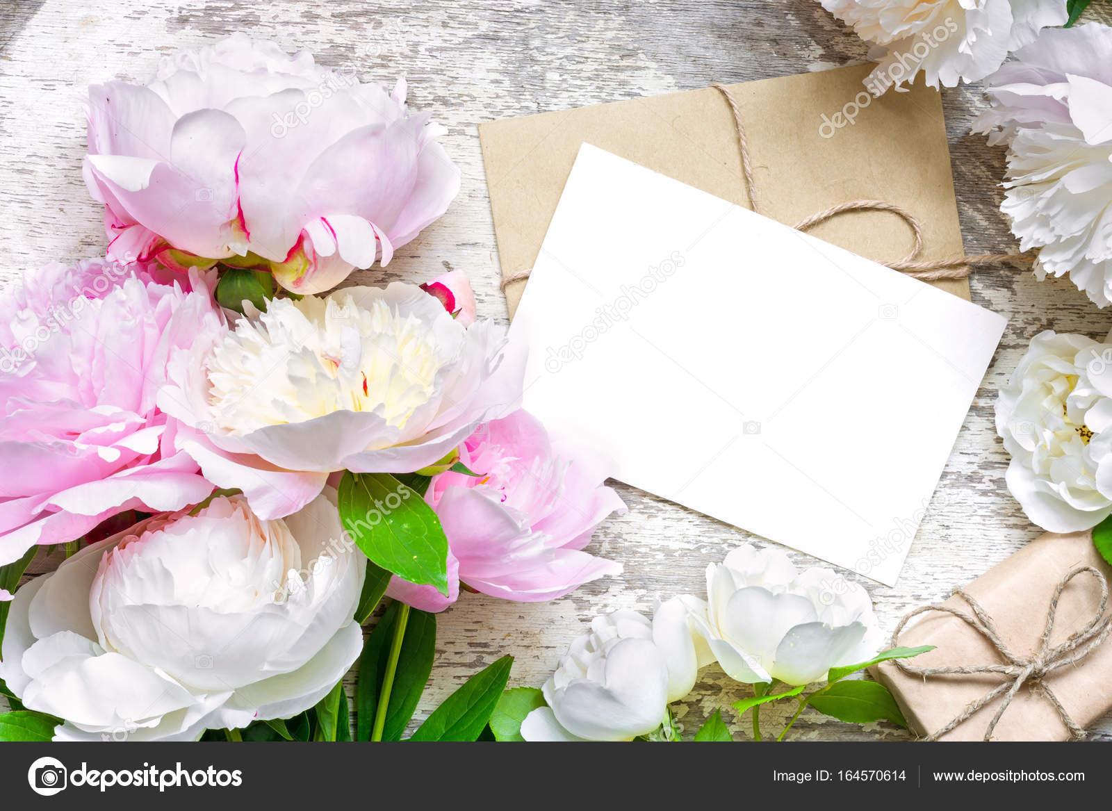 tarjetas blancas en blanco y el sobre con el regalo de la caja en el ...