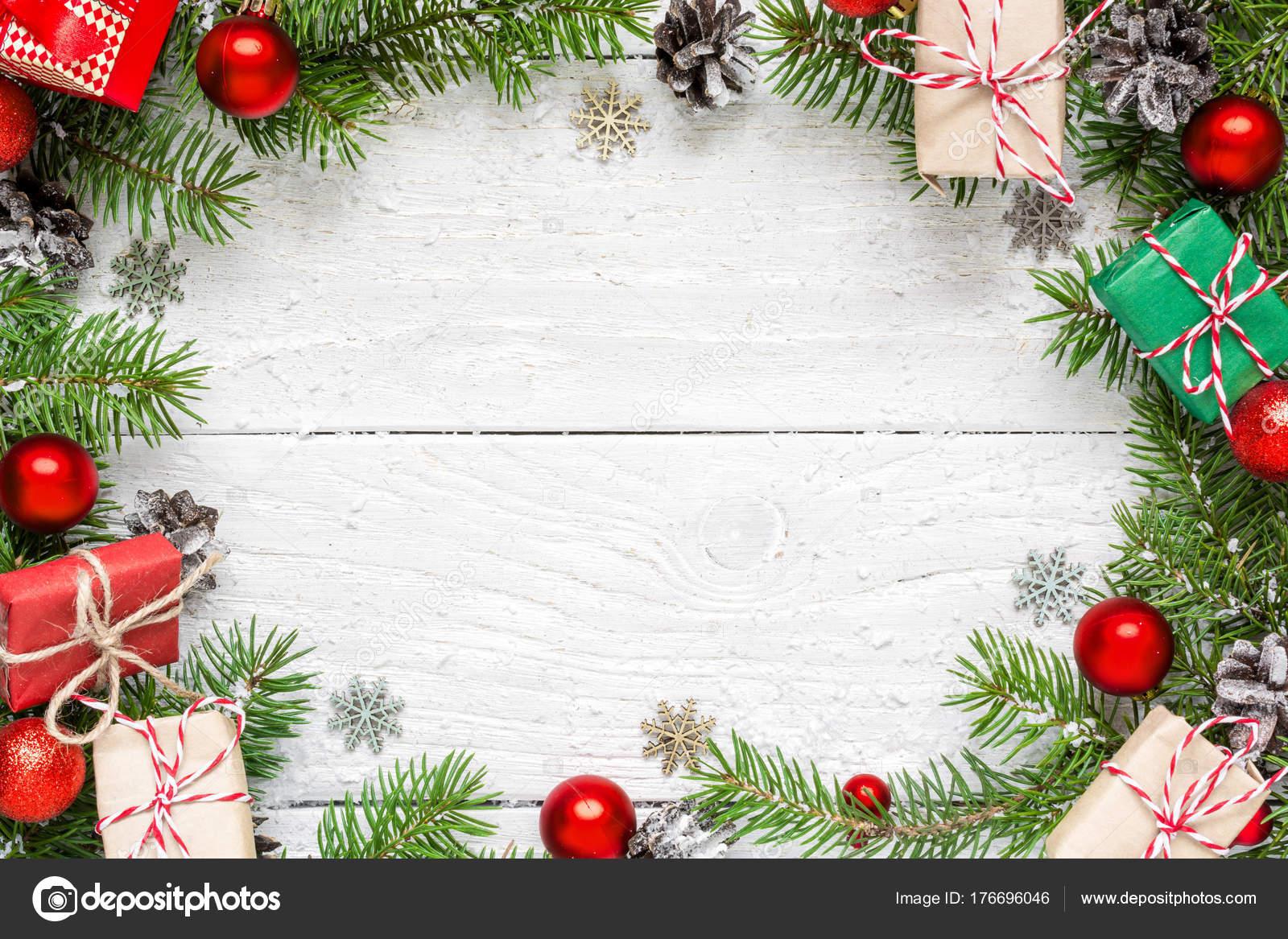 weihnachten rahmen aus tannenzweigen festliche dekorationen geschenk boxen und tannenzapfen. Black Bedroom Furniture Sets. Home Design Ideas