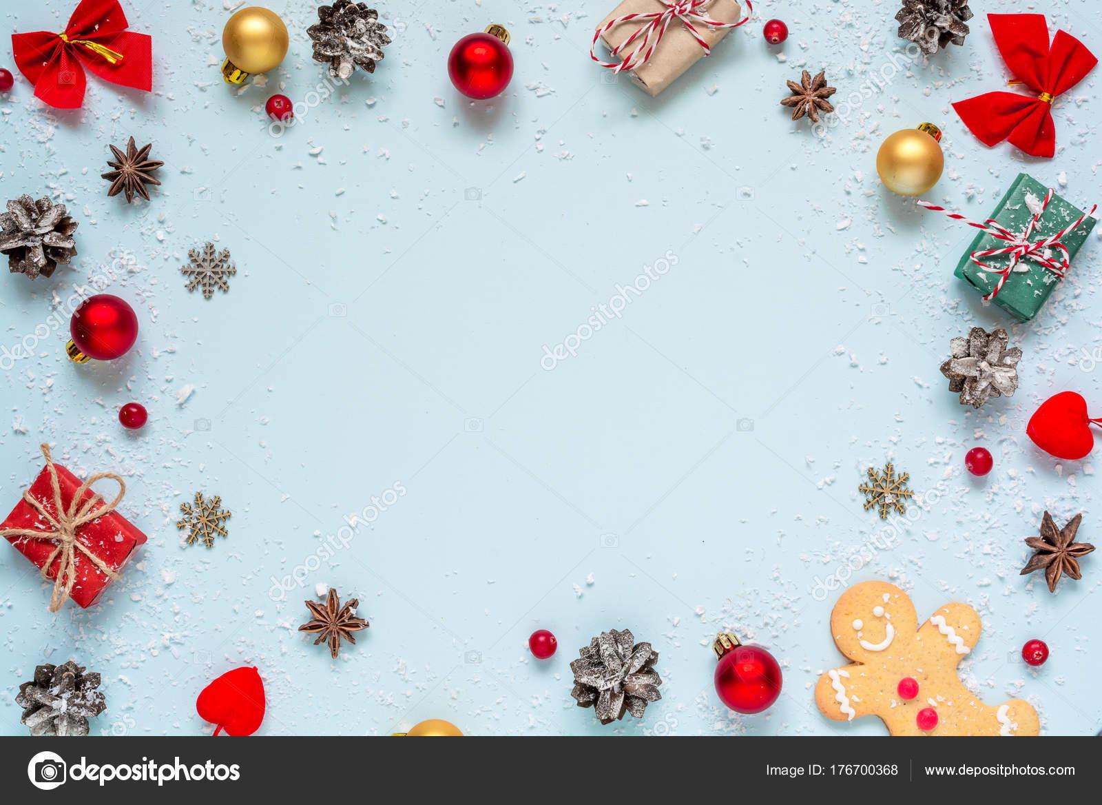 Kerstdecoraties Met Rood : Kerst samenstelling. frame gemaakt van kerst decoraties rode bessen