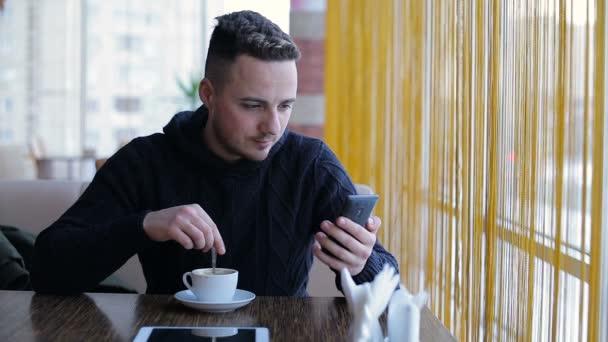Mladý muž čtení zprávy v telefonu internet
