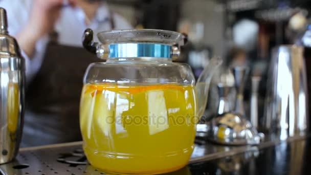 Barman připravuje konvici s čajem v baru