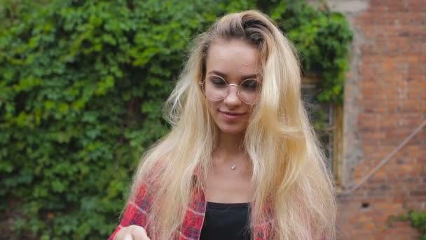Portrét krásné sexy úsměvem šťastná dívka s blond vlasy