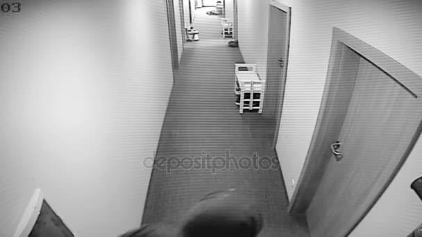 Bezpečnostní kamery zachytil jako zloděj rozbije dveře