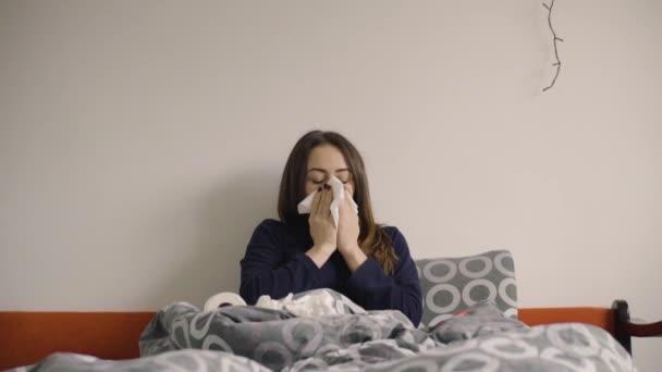 Mladá žena smrkání v posteli