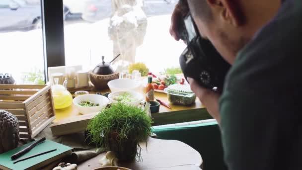 Pro fotografa hází jídlo v restauraci
