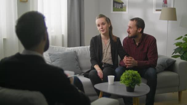 Mladý pár v kanceláři rodinného psychoanalytika. Šťastná rodina