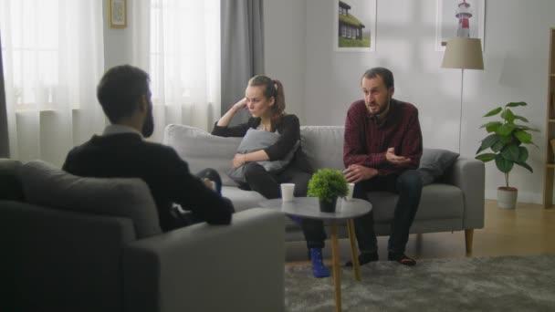 Mladý pár v kanceláři rodinného psychoanalytika. Psycholog říká