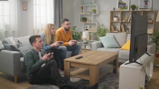 Junge Freunde spielen Videospiele zu Hause, Unterhaltung, Miteinander-Konzept