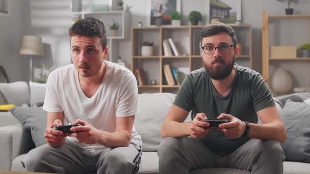 Két fiatal testvérek játszani számítógépes játékok segítségével gamepads