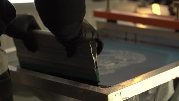 Detail des Druckverfahrens für Bekleidung, Leichtindustrie, Produktion zu Hause und in Fabriken, Farbauftrag auf die Oberfläche
