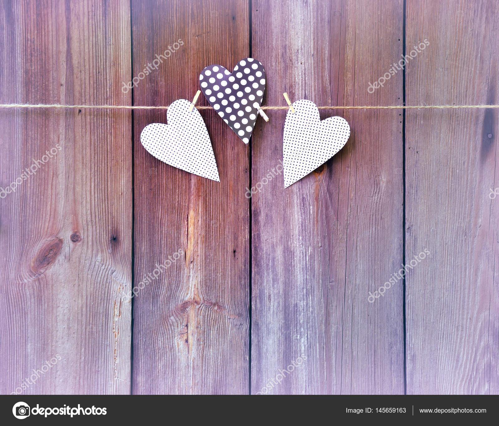Drei Herzen auf hölzernen Hintergrund. Botschaft der Liebe ...