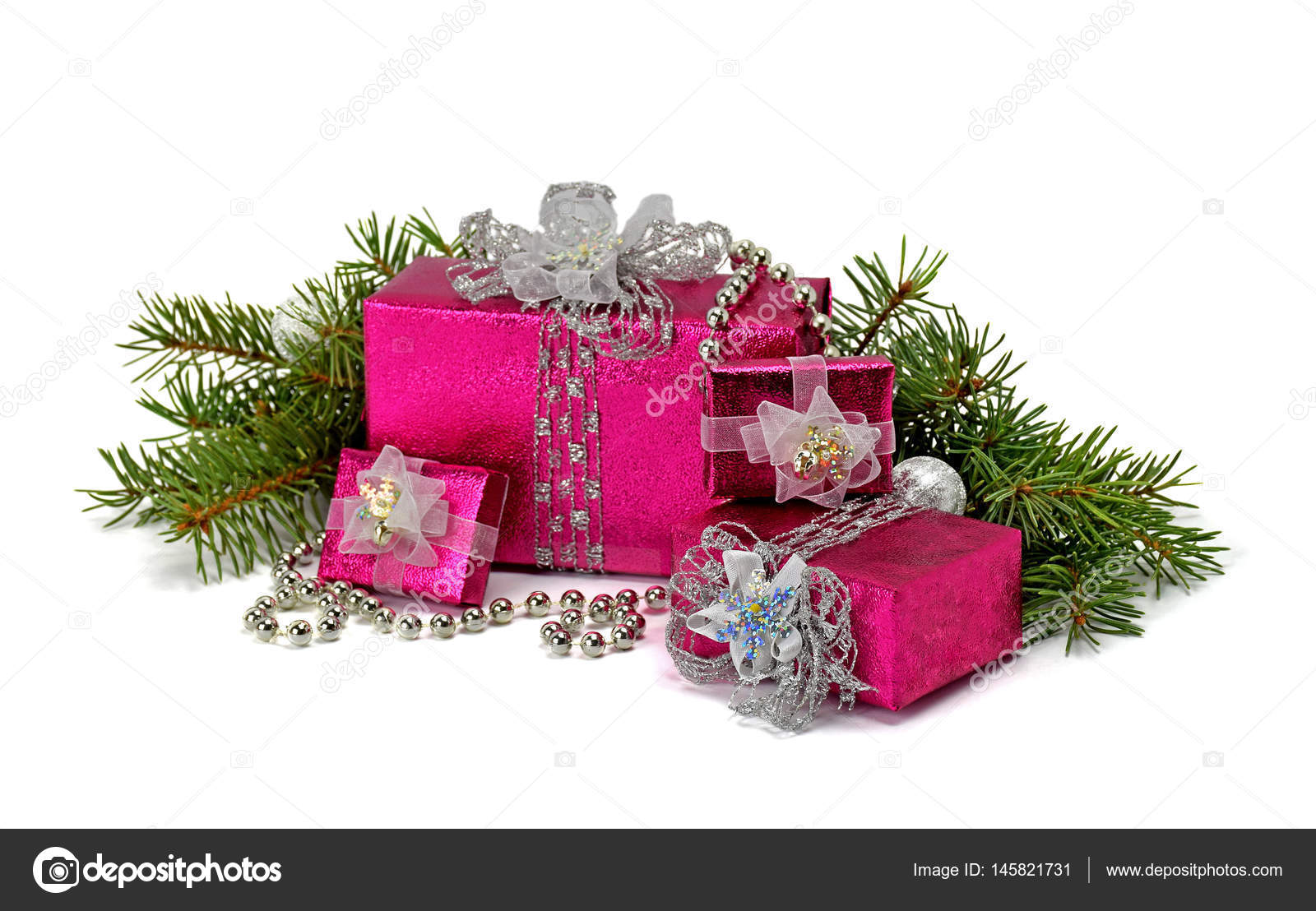 Weihnachtsgeschenke mit Silberband isoliert auf weißem Hintergrund ...