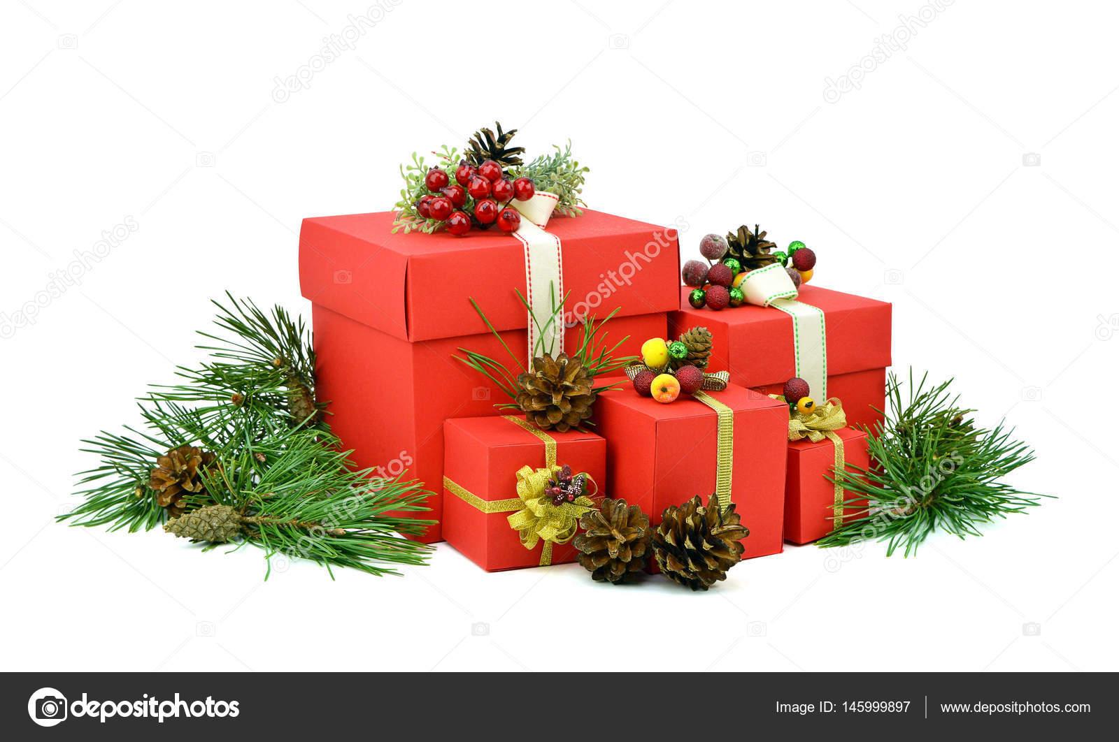 Weihnachtsgeschenke im roten Kästchen. Tannenzweigen mit Kegeln ...