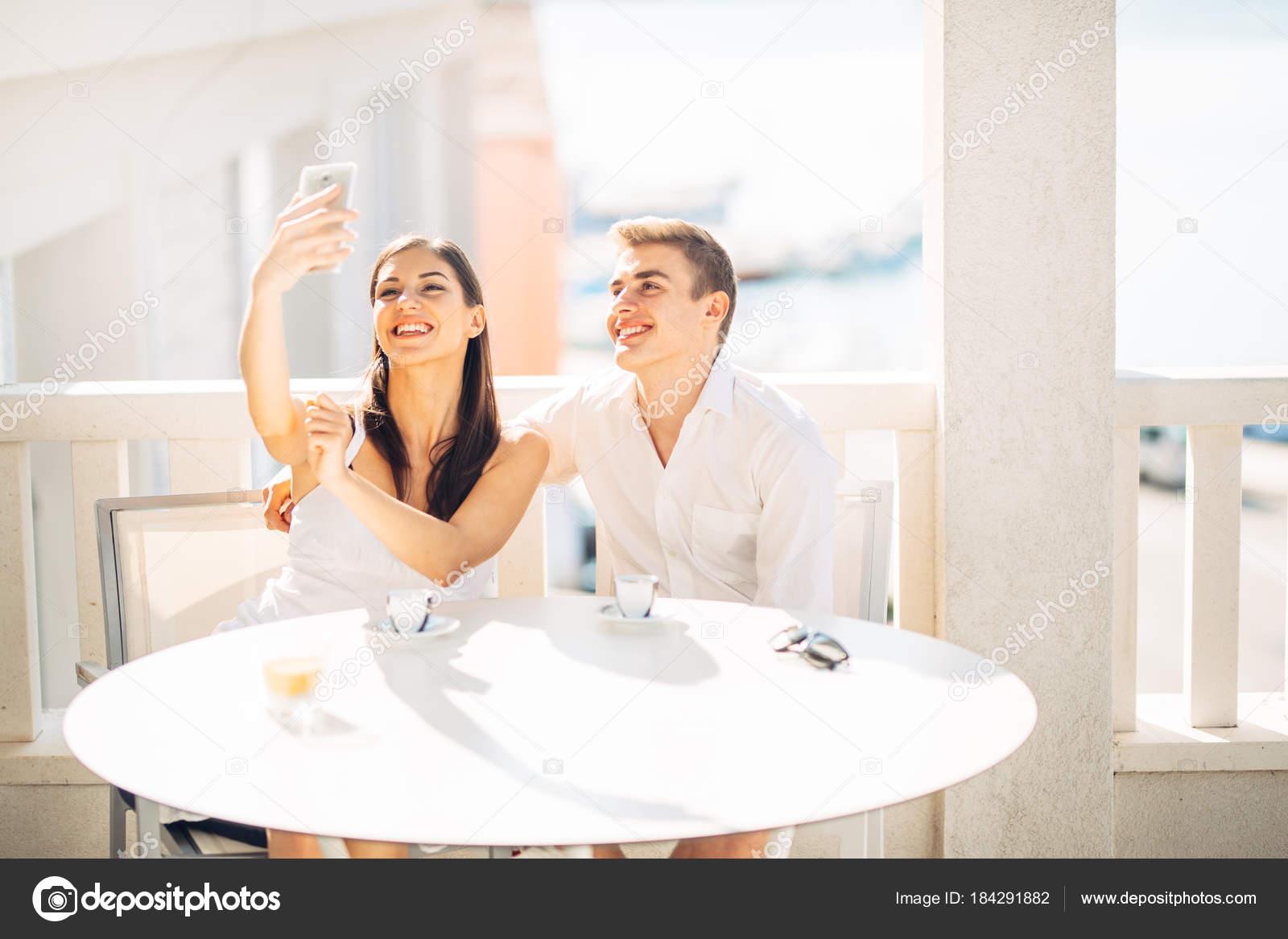 lupita nyong umawia się z aktorem Jredem Leto