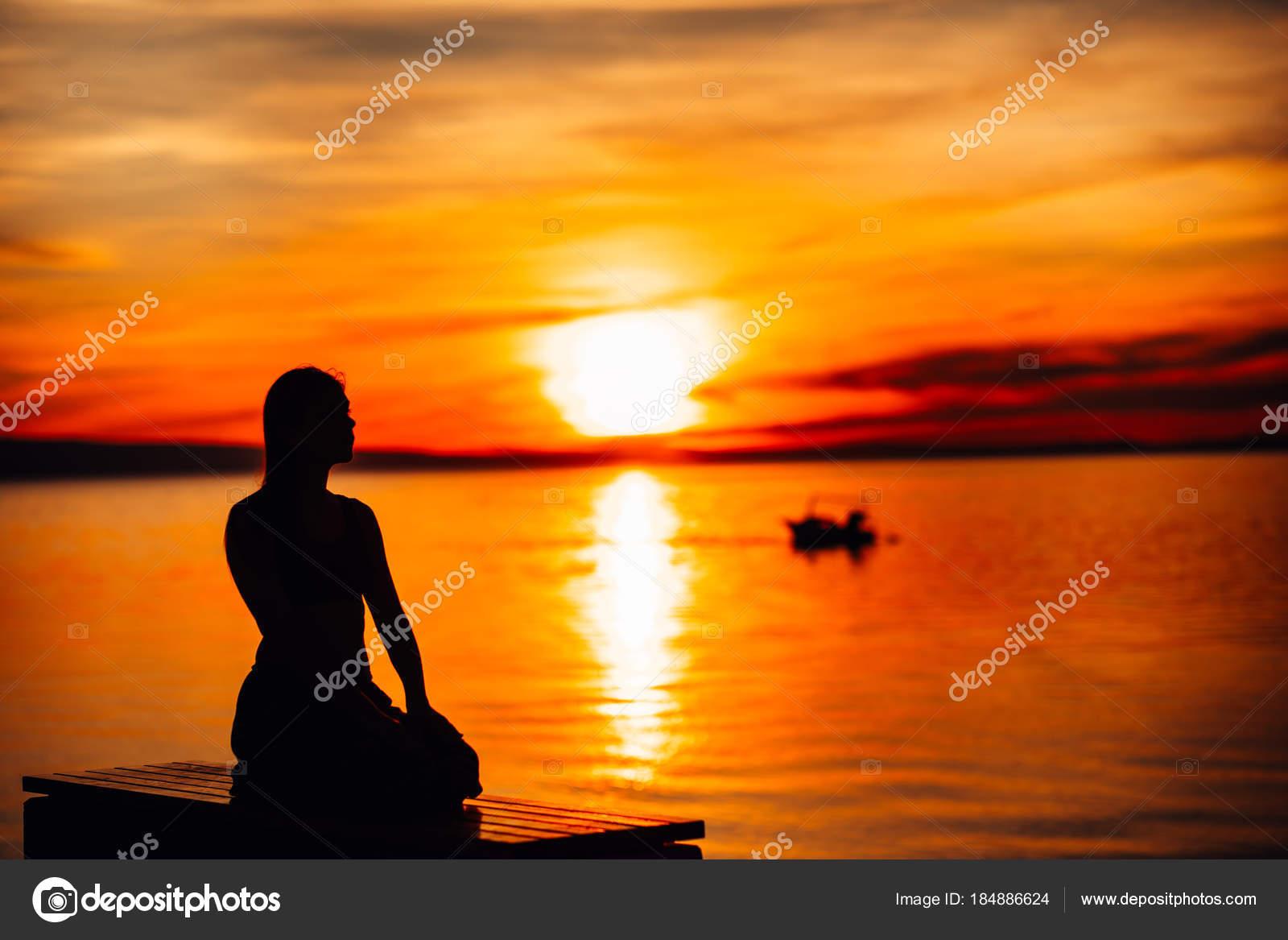 Despreocupada calma mulher meditando natureza encontrar for Encontrar paz interior