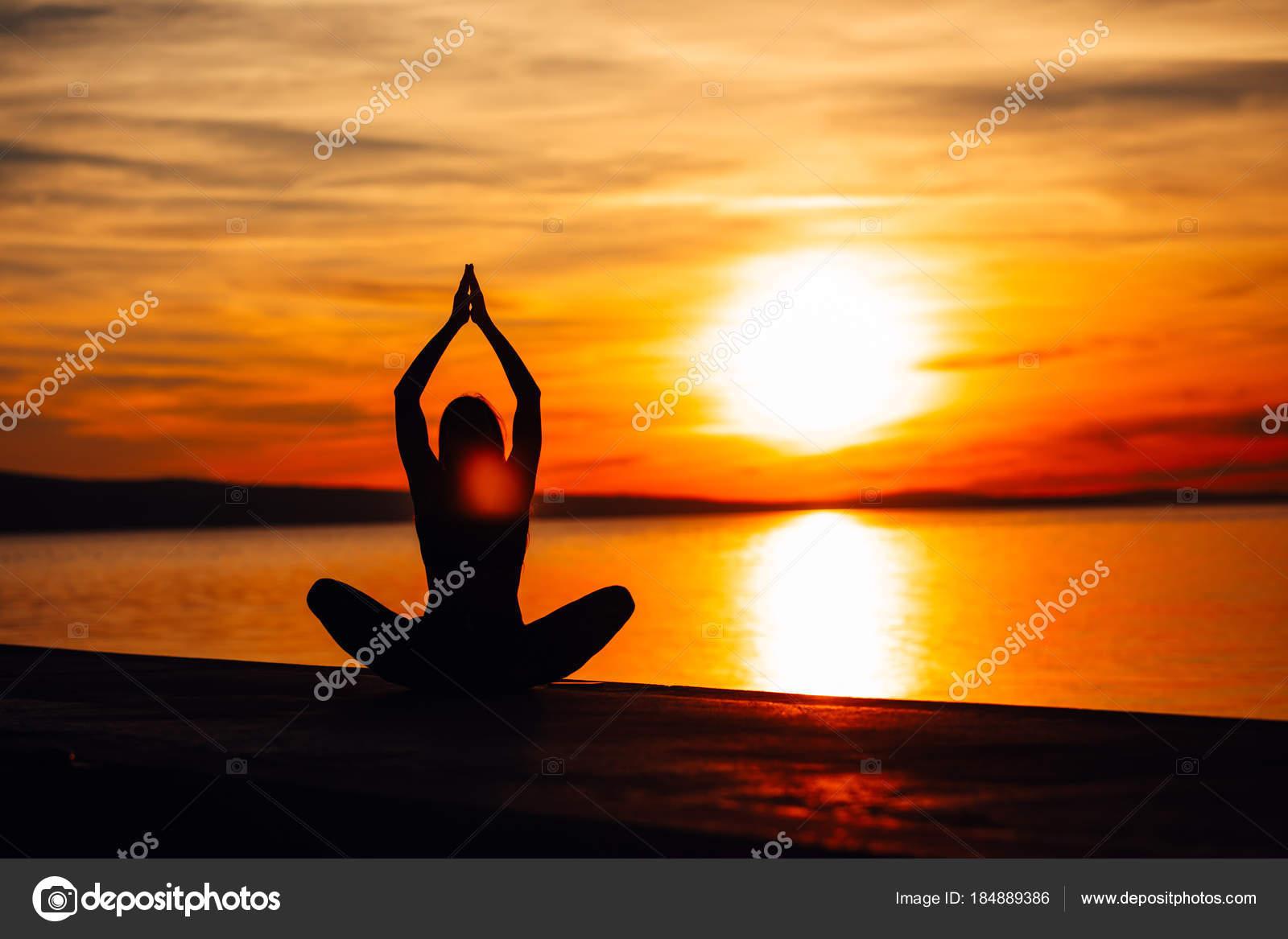 Encontrar La Paz Interior. Práctica Del Yoga. Estilo De Vida De Curación  Espiritual. Disfrutar De Paz, Terapia Anti Stress, Meditación De Atención  Plena.