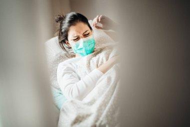 Gezici karantina hastane ünitelerinde maskeli hasta kadın. Coronavirus Covid-19 hastası zatürree belirtileri gösteriyor. Sağlık tedavisinde. Acı verici öksürük.