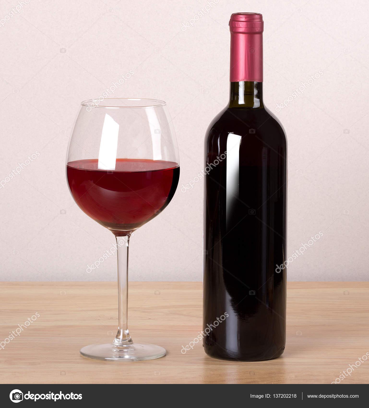 Weinglas Auf Flasche : flasche wein und weinglas stockfoto 137202218 ~ Watch28wear.com Haus und Dekorationen