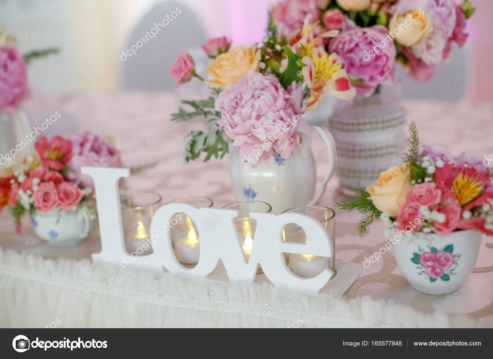 Bruiloft tafeldecoratie met bloemen stockfoto sebasnoo for Tafeldecoratie huwelijk