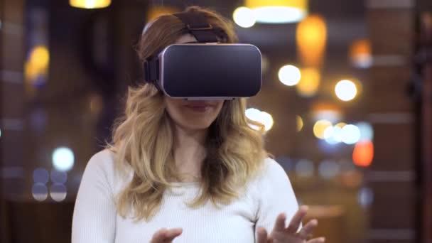 Frau benutzt Virtual-Reality-Brille auf abstraktem Hintergrund