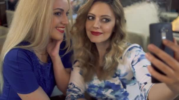 Friends holky selfie s chytrý telefon a tváře a zábavy