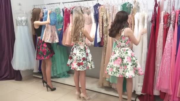As Jovens Estão Considerando Vestidos Em Uma Boutique Com Vestidos Caros