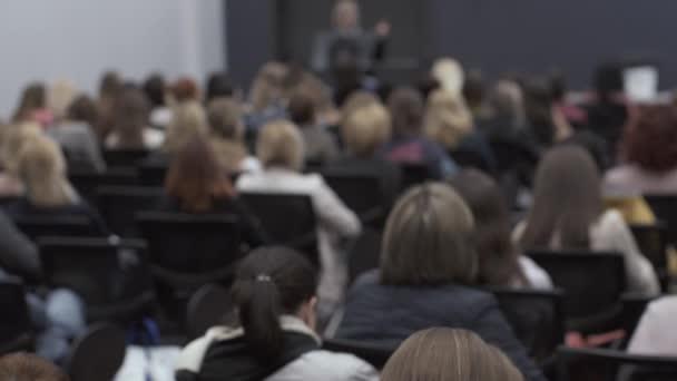Fotografie Viele Menschen auf der Konferenz hören an den Vortragenden. Rückansicht des Menschen sitzen in der Aula