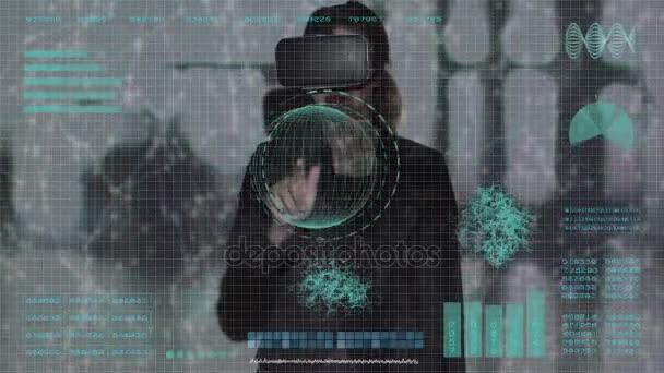 Donna di affari con i vetri di realtà virtuale utilizzando la tecnologia touch screen. Uomo daffari lavorando su interfaccia olografica e toccando uno schermo visivo con computer olografico