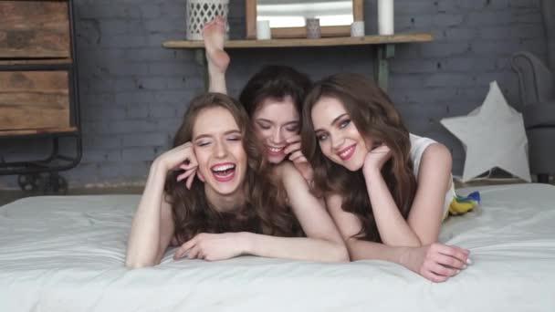 portré a legjobb barátok. lányok ágyon és mosolyogva néz a kamerába. lassú mozgás