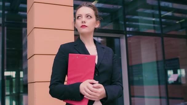 Femme séduisante jeune entreprise est en attente pour une réunion