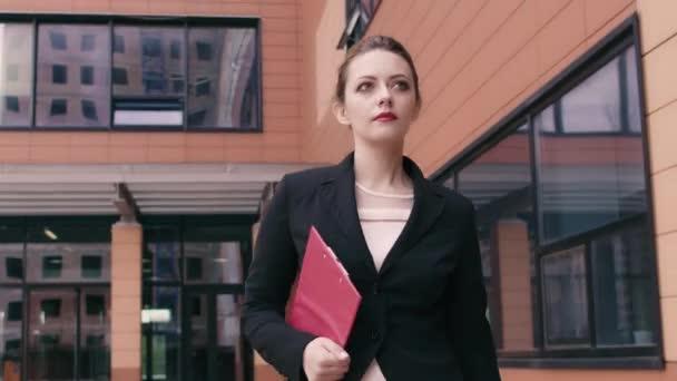 c4bc393d7ff6 Γυναίκα όμορφη αυτοπεποίθηση νέους επαγγελματίες είναι σε μια ...