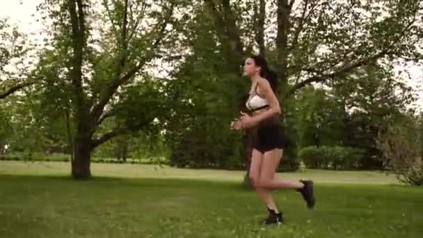 Сексуальная девушка на пробежке