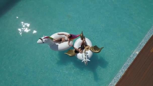 Antenna - gyönyörű lányok bikini napozásra a strandon. legjobb barátja kapni a barnaság, felfújható matracok Pegasus és egyszarvú feküdt. Quadrocopter felvételkészítés