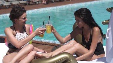 Vriendinnen Om Te Zonnebaden Op Matrassen Bij Het Zwembad En Verfrissende  Cocktails Drinken. Mooie Jonge