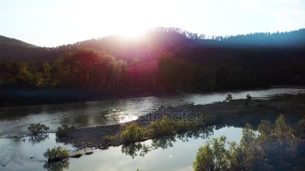 Letecké panorama zeleného lesa a řeky nedaleko hory. Altaj, Sibiř. Letecká kamera natáčela