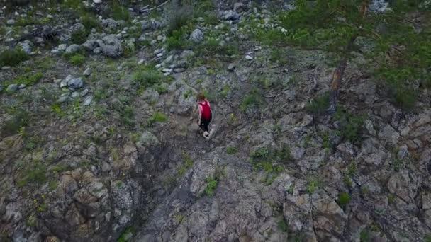 Antény. dívka Turistický batoh šmírování přes skalnatý terén. Altaj, Sibiř. Letecká kamera natáčela