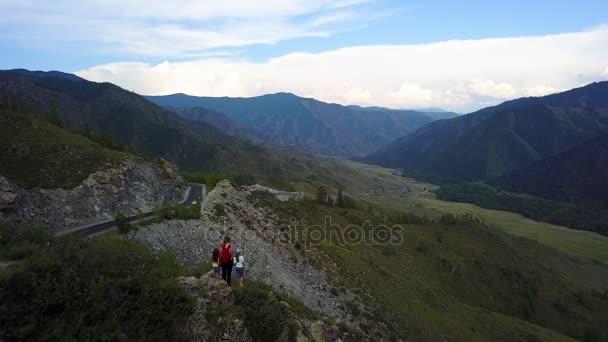 Antény. matka s dětmi na vrcholu hory. rodina se těší nádherný výhled. Altaj, Sibiř. Letecká kamera natáčela