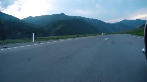 Auto kola točí Pov - hlediska, den země straně. Řídit auto na venkovské silnici. Kolo točí Pov - hlediska, den země straně
