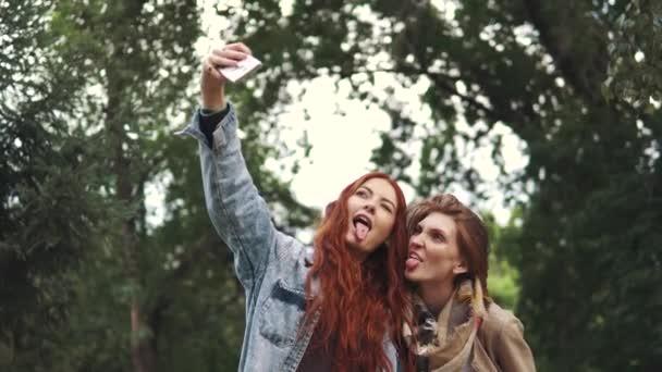 Zrzka přátel selfie s chytrý telefon a tváře a zábavy. 20s