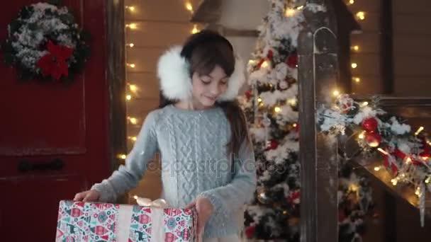 Warum Gibt Es Weihnachten.Weihnachten Oder Silvester Ein Kleines Mädchen Gibt Ihrer Freundin Ein Schönes Geschenk Für Weihnachten Kinder Im Hintergrund Der Silvester Dekoration