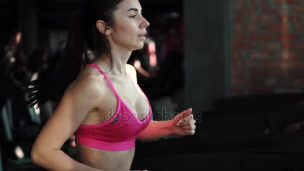 Closeup Portrait eines Mädchens auf dem Laufband im Fitnessstudio. Cardio auf dem Laufband. Übungen für Weight loss.