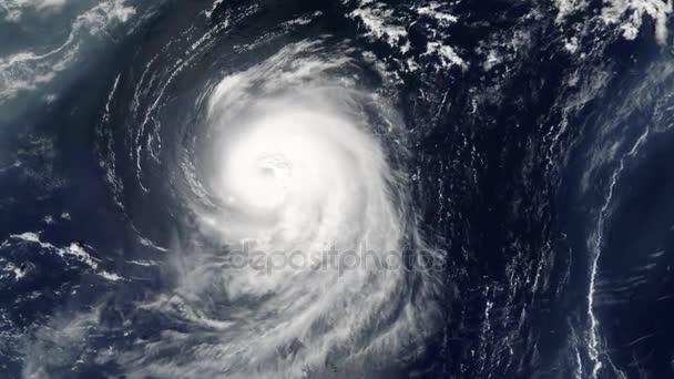Hurrikan-Blick aus dem Weltall. Orkan im Ozean von Satelliten von oben drehen. Auge eines großen ...