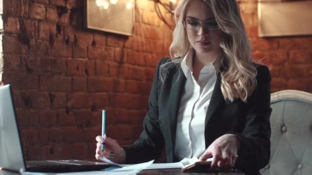 atraktivní mladá podnikatelka mluvit na mobilním telefonu v kanceláři v loft stylu