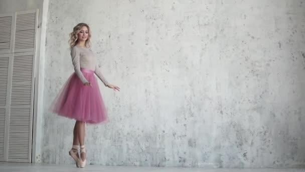 tanečník baletu pirueta na prsty v pointe boty. baletka v růžové sukénce. Zpomalený pohyb