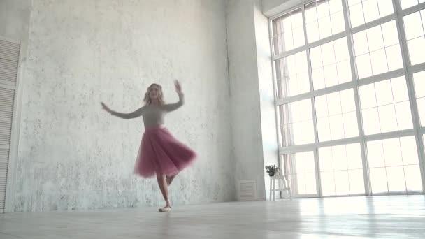 Ballerina dreht Pirouetten im Studio. Balletttänzerin in klassischem Tutu und Spitze