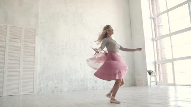 Balletttänzer wirbeln und springen hoch in einem Tutu und Spitzenschuhen. junge Ballerina tanzt. Zeitlupe